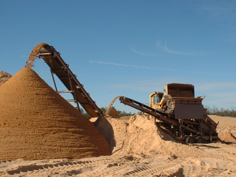 The CS2440 stockpiles wet sand from a BF35D2