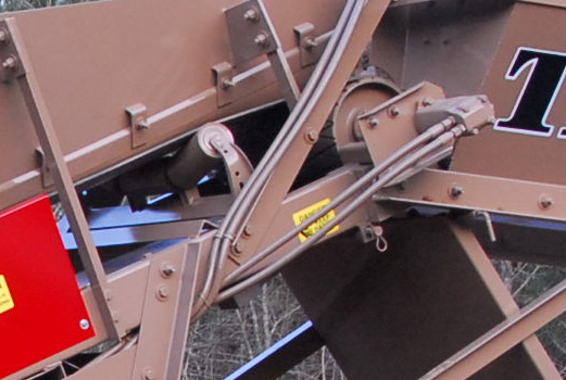 Detailed view of feeder conveyor on a TROM406